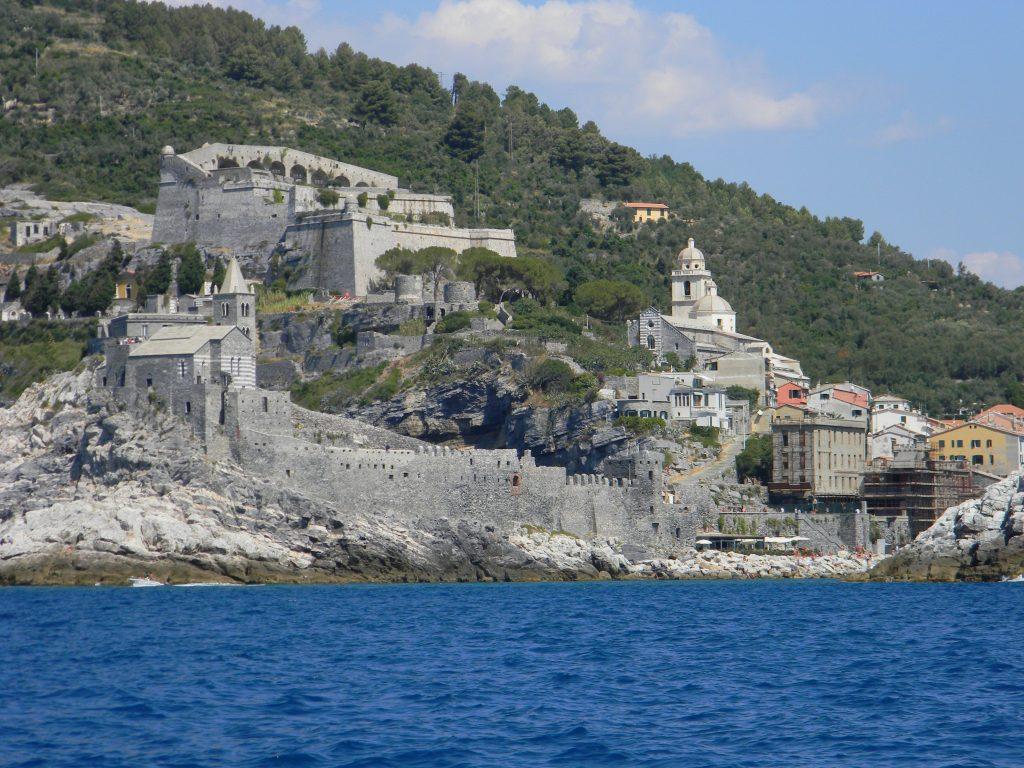 visitare portovenere, il castelo doria di portovenere visto dal mare.