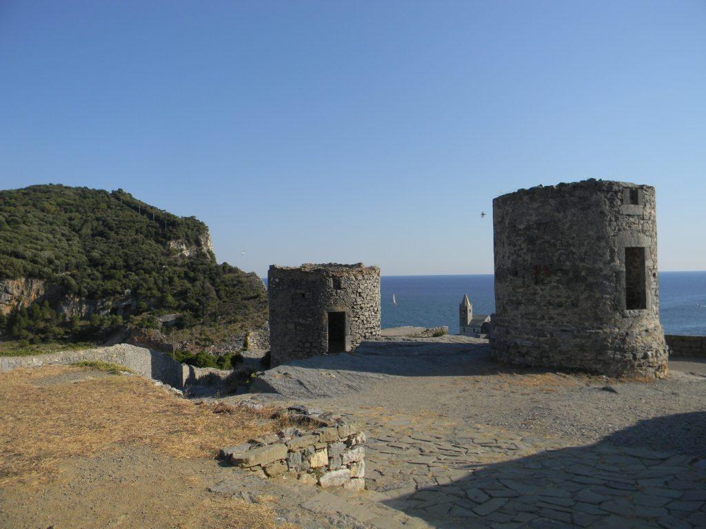 visitare portovenere, gli antichi mulini trasformati in torri di controllo