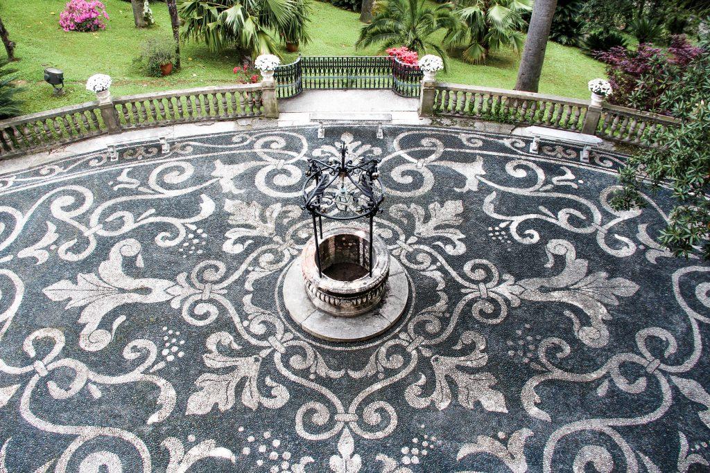il pozzo sul piazzale decorato