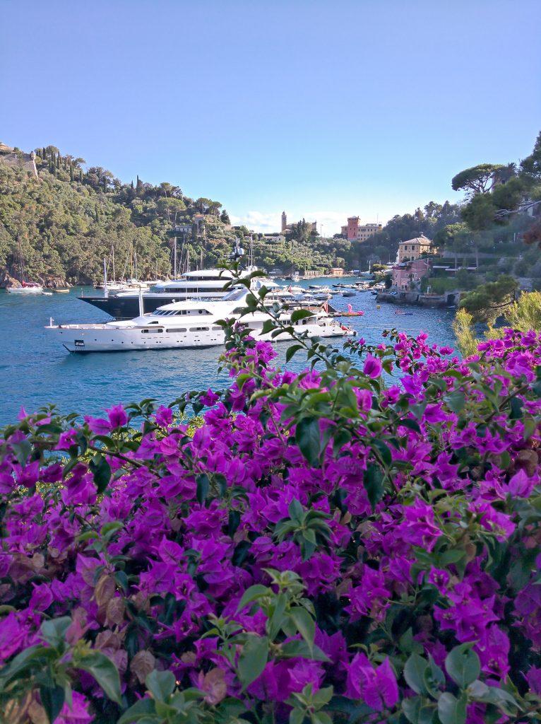 pomeriggio a portofino - yacht davanti alla baia di portofino