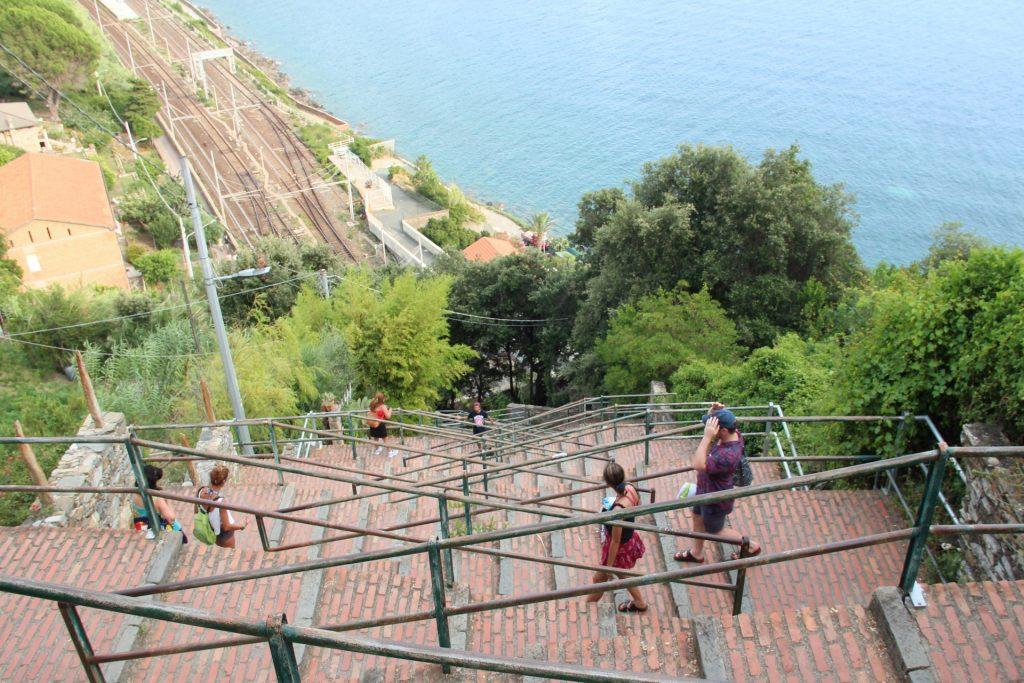 pomeriggio a Corniglia, la scalinata che dalla stazione conduce al borgo