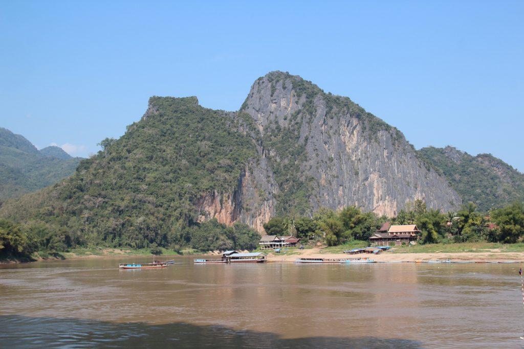 grotte di pak ou: panorama dalle grotte