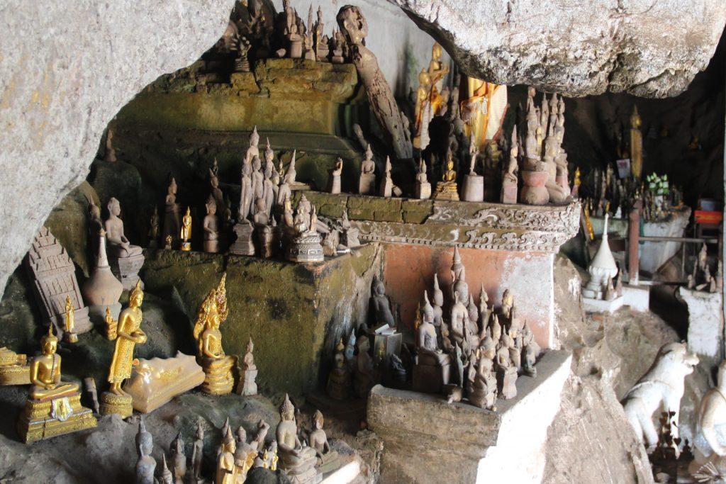 dintorni di luang prabang: le grotte di pak ou. dettaglio con statuine di buddha