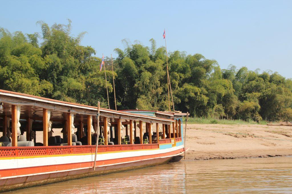 barca sul mekong nei pressi di pak ou