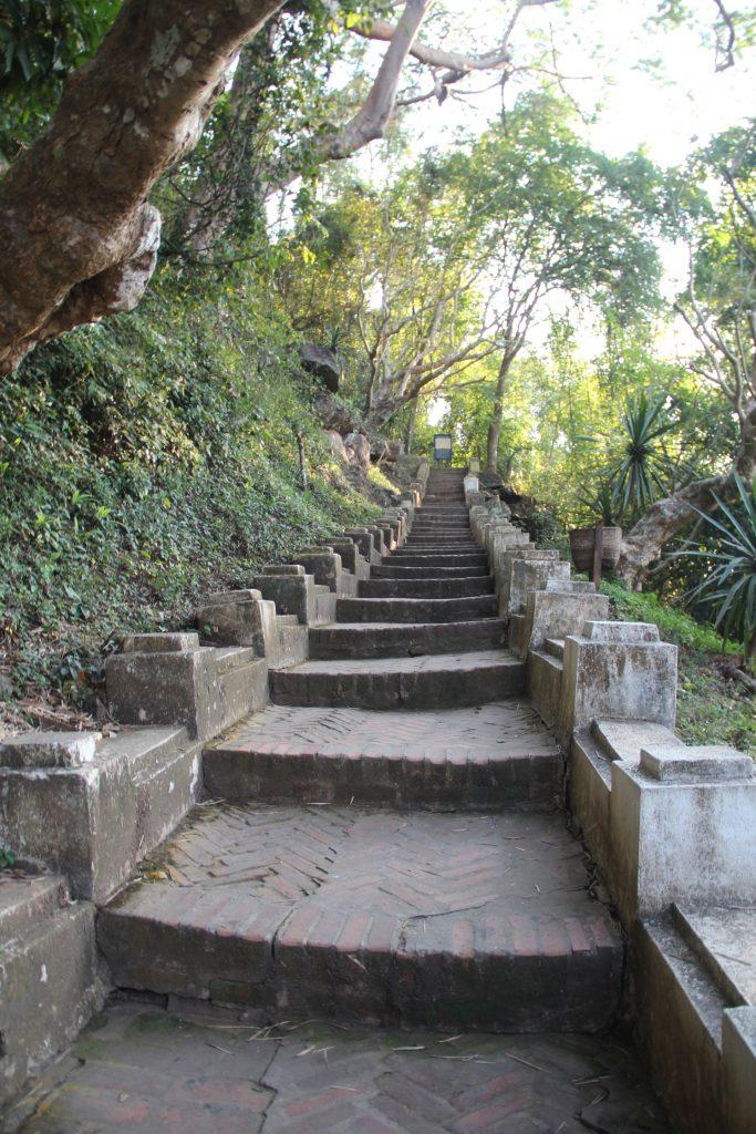 Mount Phousi - scalinata per raggiungere il mount phousi