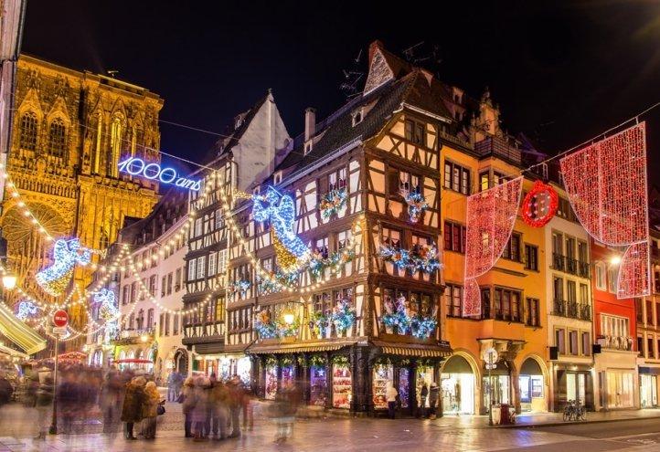 natale in europa, strade di strasburgo addobbate per natale