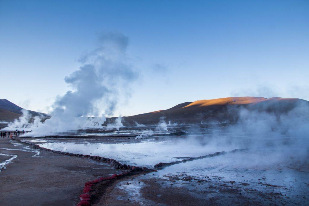 campo geotermico all'alba