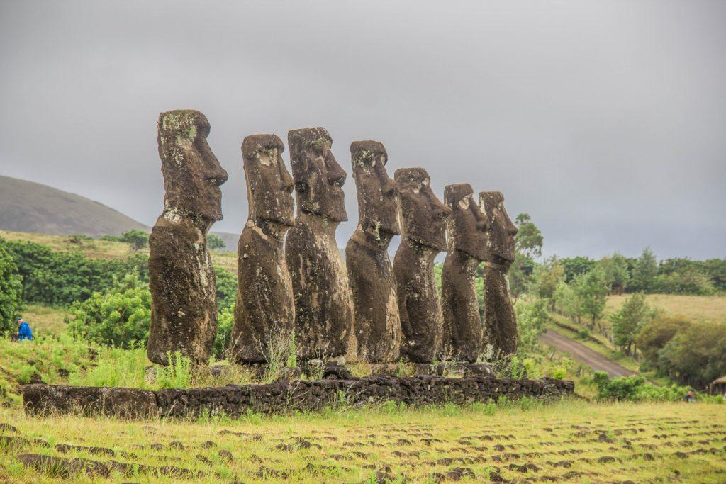 I sette esploratori, i moai del sito Ahu Akivi. Le origini dell'Isola di Pasqua