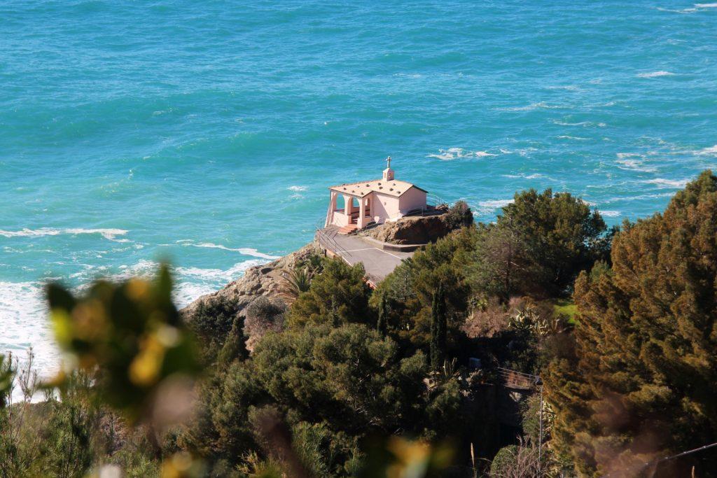 La Madonnina della Punta, piccola chiesetta rosa a Bonassola - Il Salto della Lepre