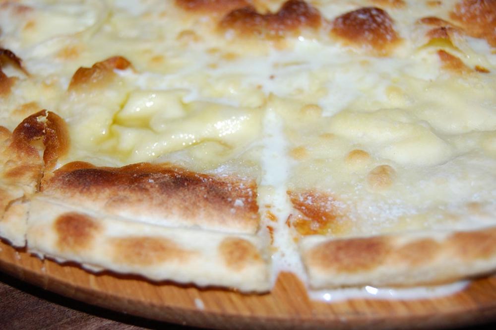 cosa mangiare in liguria - focaccia al formaggio di recco